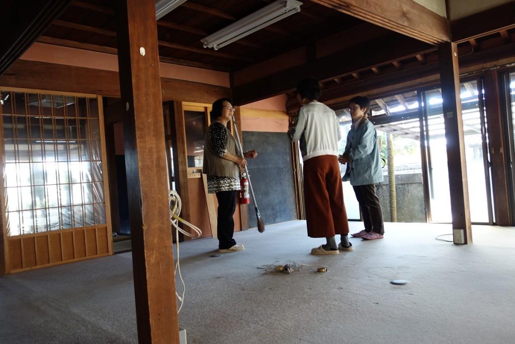 高知大学医学部看護学科教授のO様と高知県精神保健福祉センター社会福祉士のF様のお二人と合流して一緒に訪問した。屋内で話しておられる森田敬子様(左)とお二人。
