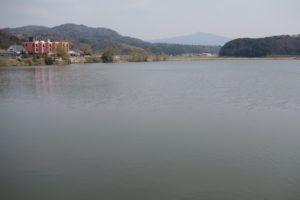 病院の前には、離れ湖という淡水湖がある。