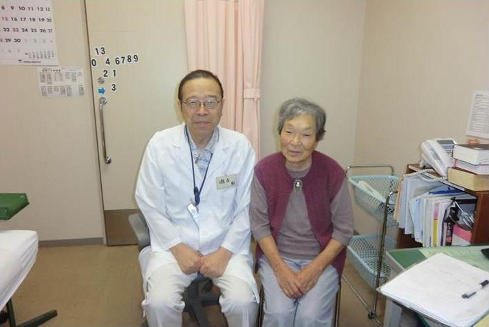 病院の外来で、瀬古先生と高齢の患者さん。